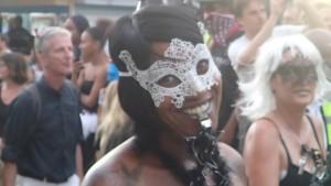 Många masker och glada leenden