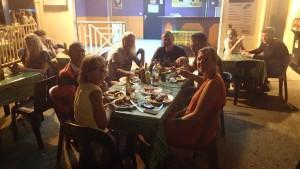 Ann-Marie, Mike, Reidun, Jonas, Roger, Magnus och Liv äter mumsiga revben