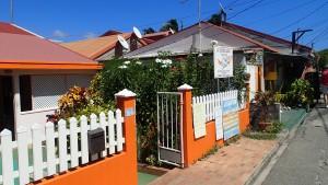 Färgglada hus i Bourg