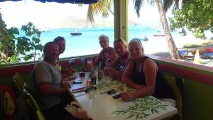 Lunchstopp på Terre de Haut, Les Saintes Jag och Magnus tillsammans med Grete, Reidun och Anne