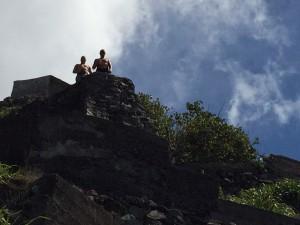 Grabbarna på väg ner för stegen