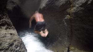 Magnus hoppar först ut i vattenfallet