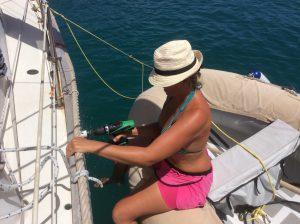 Liv borrar hål i båten igen