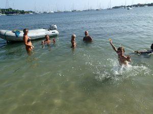 På födelsedagskalas i Karibien så badar alla  :-)