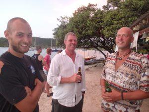 Affe, Dan och Christer tar en välförtjänt öl på Hog Island