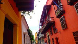 Underbara byggnader inne på små gator